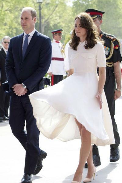 Из-за любви Кейт к нарядам с воздушной юбкой она неоднократно попадала в неудобные ситуации