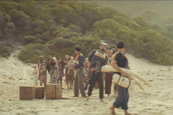 В конце ролика группа оставляет аборигенов с детьми