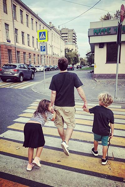Режиссер часто проводит время с детьми