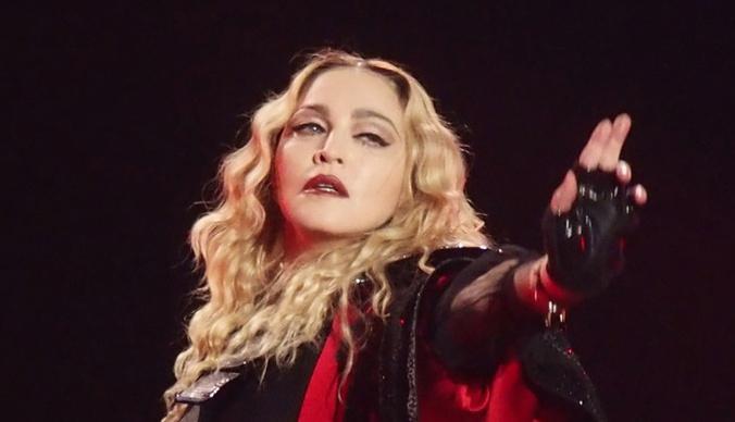 Полуобнаженная Мадонна с костылем — фото