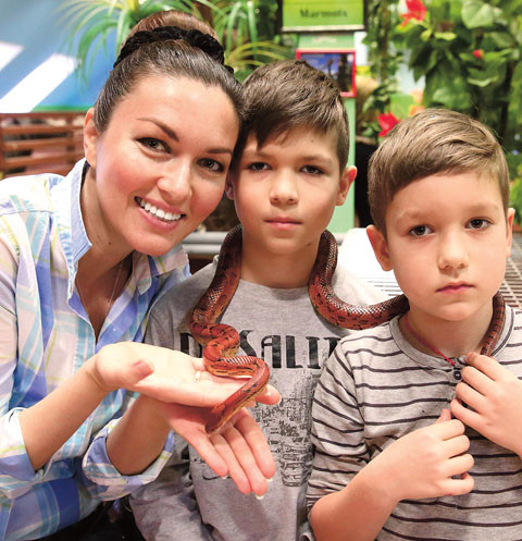 Юлия ласково обращается к ребятам «моя любовь»