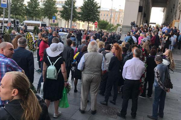 Сотни людей пришли проститься с Иосифом Кобзоном