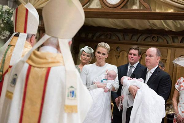 Архиепископ дает наставления родителям малышей
