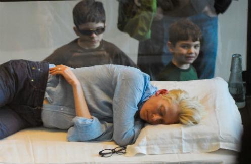 Дети рассматривают Тильду с особым интересом