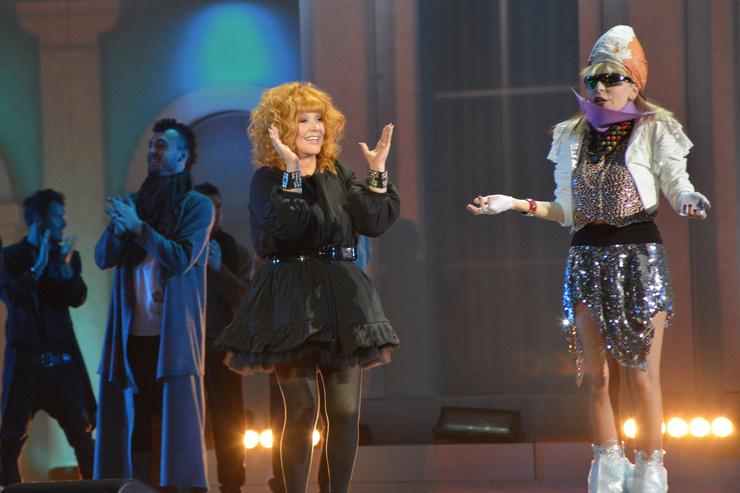 Жанна Агузарова и Алла Пугачева во время выступления на концерте «Рождественские встречи»