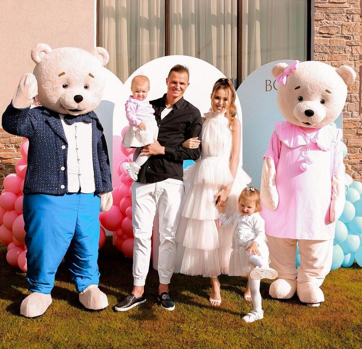 Дмитрий Тарасов и Анастасия Костенко с дочерьми Евой и Миланой
