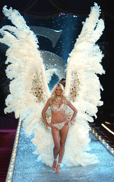 Во время шоу для моделей придумывали оригинальные и сложные костюмы