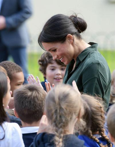 А еще Меган обожают дети...