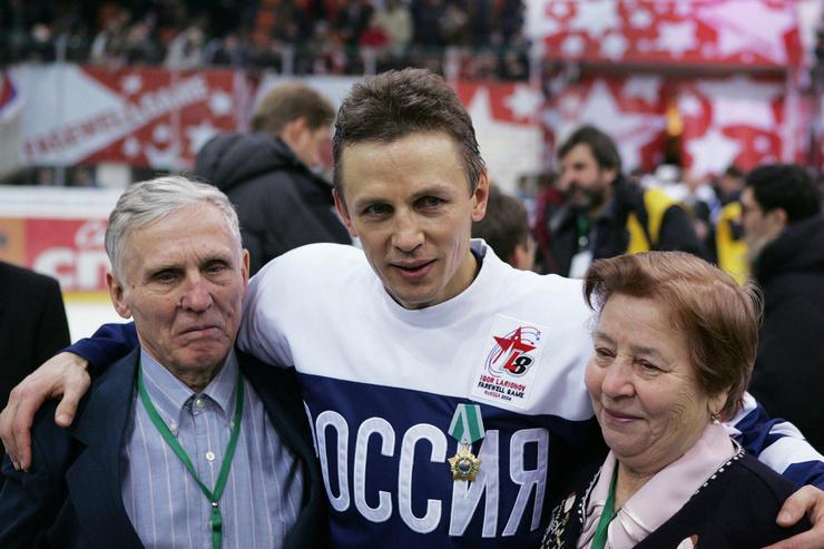 Хоккеист с родителями во время своего прощального матча
