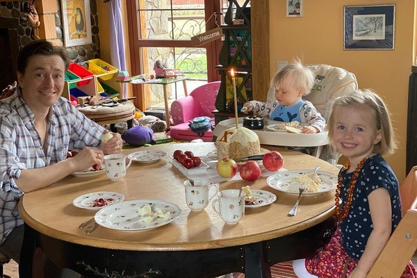 Семья вместе отмечает Пасху