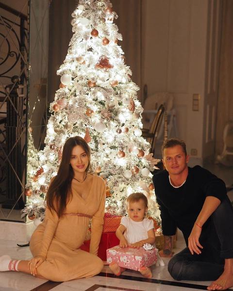 Анастасия Костенко и Дмитрий Тарасов с дочерью