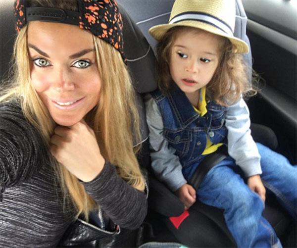 Таня Терешина и ее дочка Арис, которая является точной копией папы
