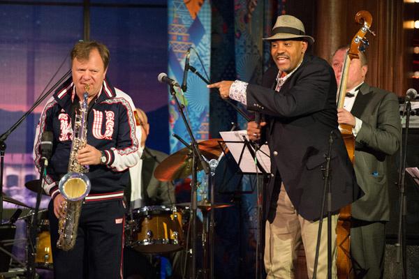 Посол зимних Игр, звезда мирового джаза Игорь Бутман с американцем Алланом Харрисом поднимает настроение атлетов
