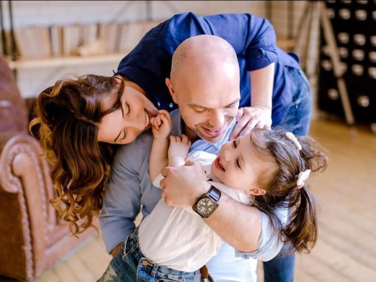 Сейчас певец счастлив в браке с женой Натальей и воспитывает младшую дочь Таисию.