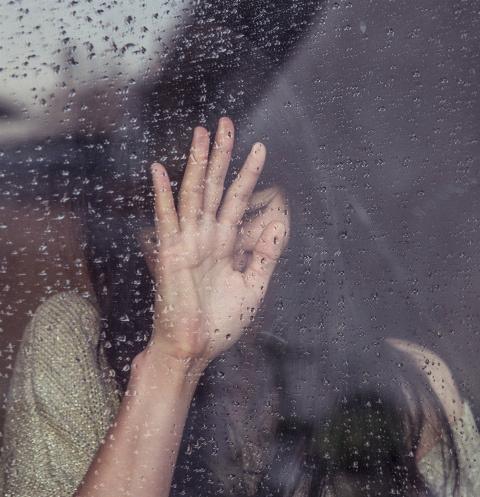 Женщина выбросила двух дочерей из окна