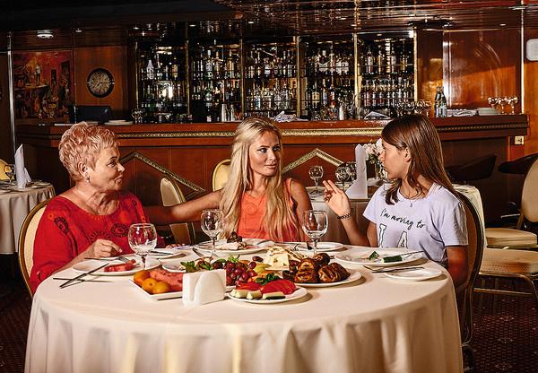 Дана Борисова с мамой и дочкой