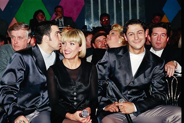 В середине 90-х певица познакомилась с солистами начинающего дуэта «Чай вдвоем». Впоследствии они вместе работали