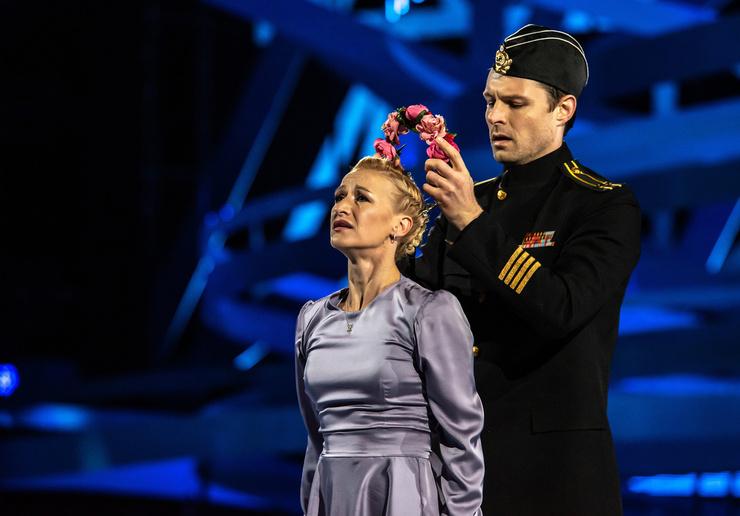 Евгений и Татьяна посвятили номер погибшим морякам подводной лодки «Курск»