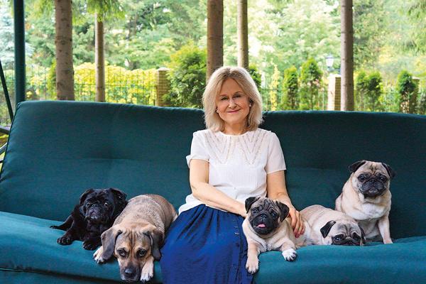 Писательница души не чает в мопсах. Иногда в их компании гостит собака дочери – пагль по кличке Маффин