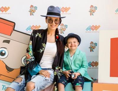Эвелина Бледанс приучает сына к японской культуре