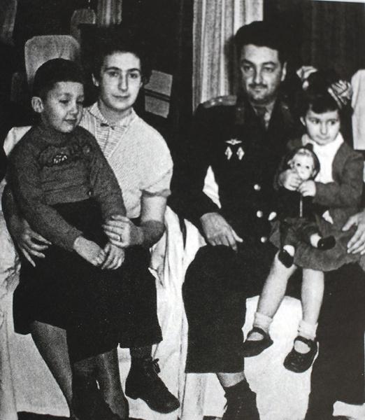 Намин рос в семье военного летчика Алексея Микояна и его супруги Нами, искусствоведа, 1956 год
