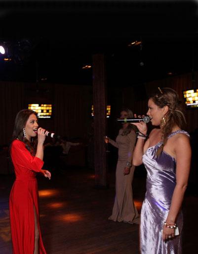 Именинница и гости пели в караоке