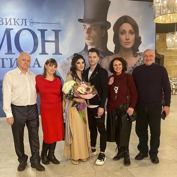 Роман сделал предложение в присутствии родителей и родителей Макеевой