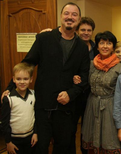 Максим Леонидов с участниками проекта «Смешарики» и «Летающие звери»