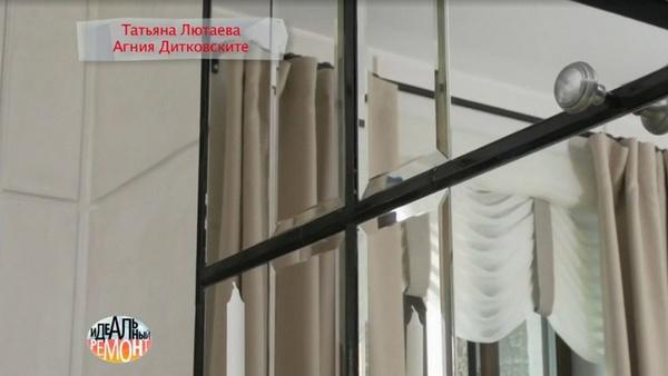 На стенах в гостиной вместе обоев гипсокартон