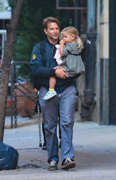 Актер на прогулке с дочкой Леей