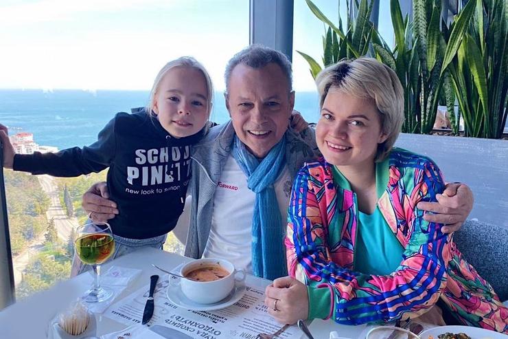 Обе дочери Левкина участвовали в записи семейного музыкального альбома