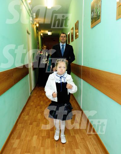 По коридорам школы родители проводили дочку до ее класса