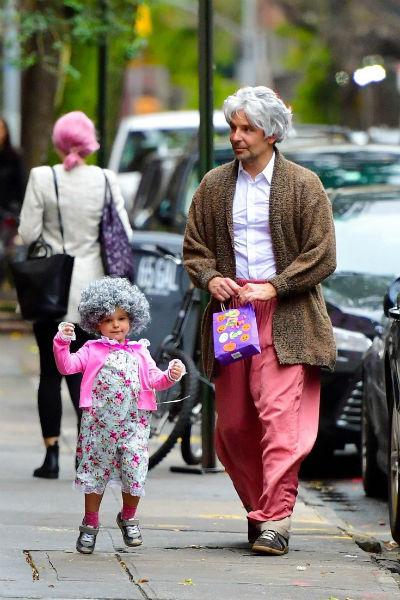 Ирина Шейк вместе с дочерью гуляет в костюме Минни Маус