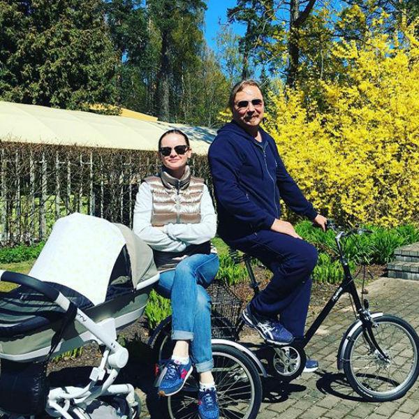 Семья наслаждается буйным весенним цветением в Юрмале
