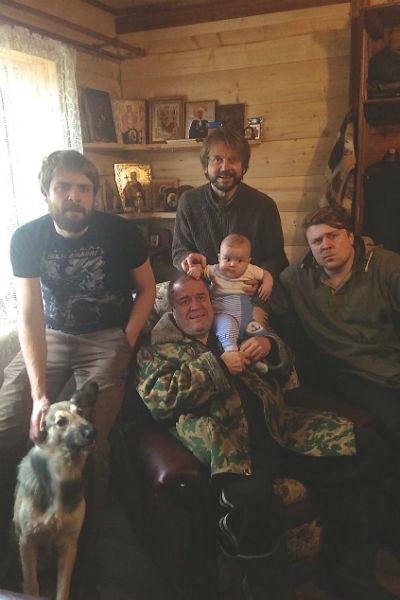Актер с семьей - отцом, братьями и племянником