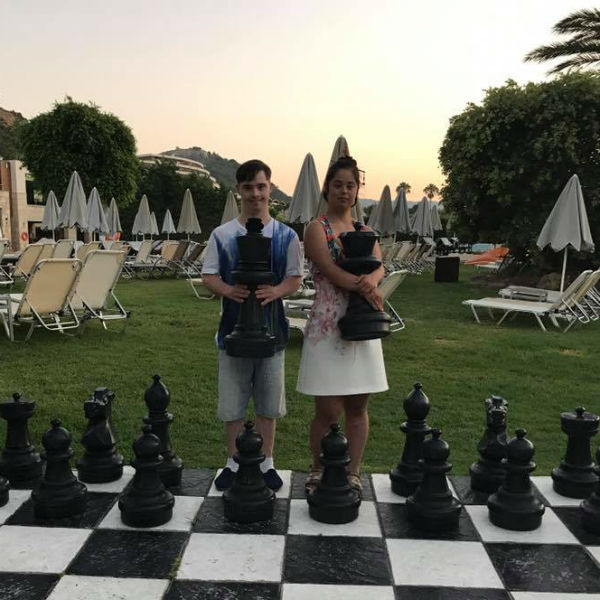 Влад учит Машу играть в шахматы