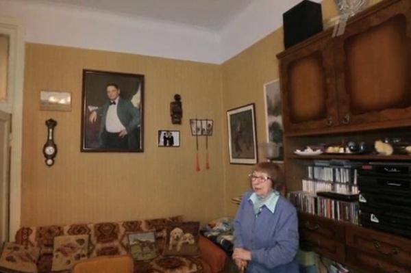 Каждое утро Зоя Александровна смотрит на портрет супруга