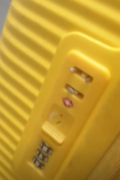 MARUV продемонстрировала сломанные замки на чемодане