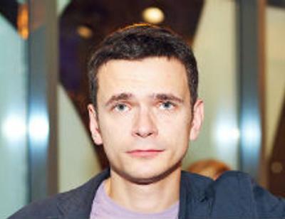Илья Яшин делает вид, что не заметил свадьбы Собчак