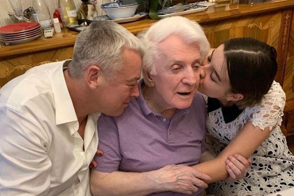 Олег Стриженов с внучкой и сыном на праздновании юбилея