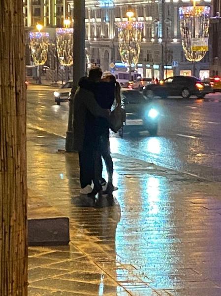Клим и Агата вместе дожидались машину после выхода из театра