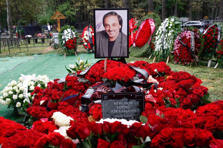 Похоронили сценографа на Троекуровском кладбище