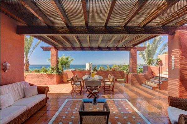 Квартира  расположена  в ста метрах  от моря