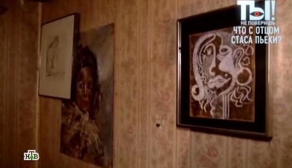 Старые обои он украшает картинами