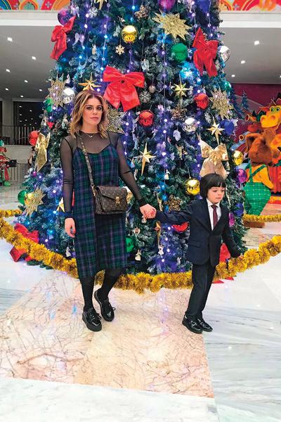 Мальчик обожает Новый год – наряжает елку с середины осени