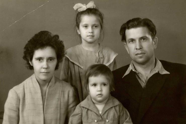 Вера Сотникова с семьей