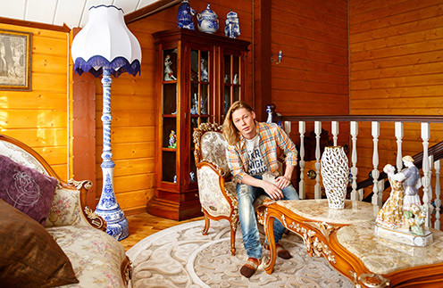 Отец певца   Олег Сергеевич  коллекционирует   статуэтки