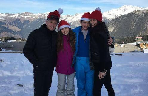 Кэтрин Зета-Джонс и Майкл Дуглас с детьми на отдыхе