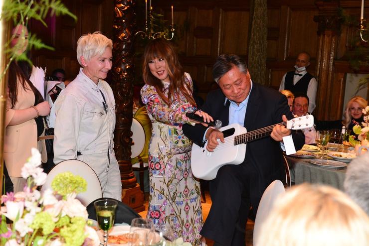 Первым подарок Дианы Арбениной оценил муж исполнительницы прямо во время праздника
