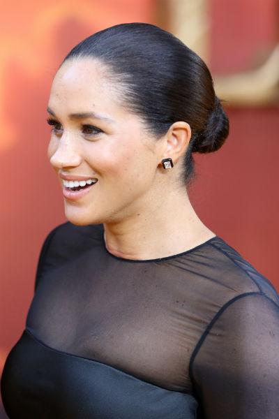 Для мероприятия Меган выбрала элегантное черное платье